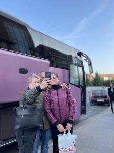 Студенти з батьками перед переїздом у нову країну та початком нового дорослого життя